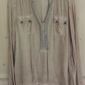Super flot skjortebluse fra Pulz Jeans brugt enkelte gange... er som ny... BYD!
