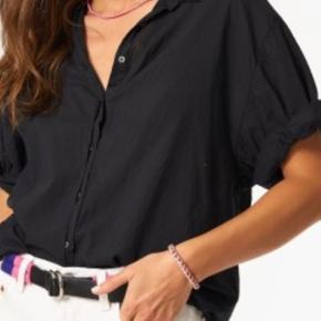HELT NY skjorte fra Xirena i alm str M. Hvis man kender mærket ved man pasform og kvalitet er så lækkert. Den er helt ny, så prisen er fast. Købt hos Filuca V Aalborg