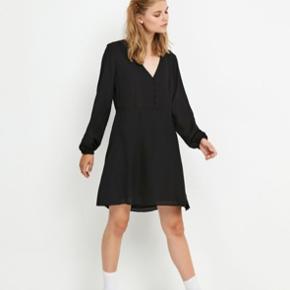 Mega fin sort kjole fra envii Brugt i et par timer ellers helt som ny!  Passer xs og s Gratis forsendelse i efterårsferien*