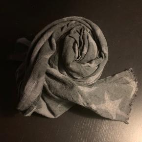Rigtig fint tørklæde  Brugt men stadig i fin stand   Mp 100 pp