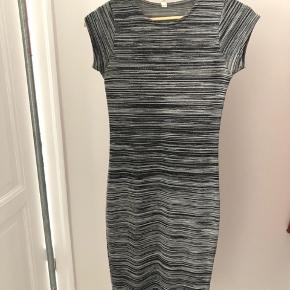 Stram kjole som sidder virkelig godt. Størrelsen er en small/medium og kan passes af begge størrelser da stoffet er stretchy 🌸 byd endelig