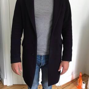 Sælger min Zara frakke i Navy Blue i størrelsen Medium. Fin stand. Jeg er 178cm til info.
