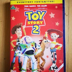 Sælger denne film, da jeg har to af den. Byttes også gerne mod andre Disney-film, som IKKE er klassikere. 😊 Gerne efterfølgere til dem.  Forslag til film på sidste billede.  Kan afhentes på min adresse i Vejle eller kan sendes mod betaling. 😊