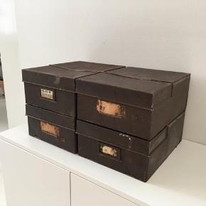 4 stk. Antikke arkiv kasser i metal.   Super fede detaljer og den helt rigtige patina. Fremstår i 100 % original stand med selvsamme papir labels som der i sin tid er sat på.   Perfekt i den moderne / rustikke indretning og med plads til opbevaring.   Prisen er pr. stk.  Rabat kan aftales ved køb at alle 4.