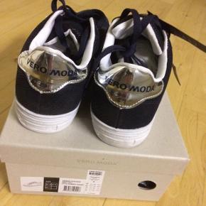 Vero ModaSneakers Night sky  Str. 38  Nye med prismærke Ekstra snørebånd i hvide medfølger/helt nye og hører til æsken  Original skoæske medfølger.   Nypris kr. 400,-
