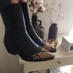 Sælger disse støvler fra Gardenia da jeg ikke ved hvordan jeg skal style dem - de er brugt få gange, og ret dyre af ny🍊 ny prisen er 1899,- Jeg er åben for bud, som lige nu ligger på 750,-👄