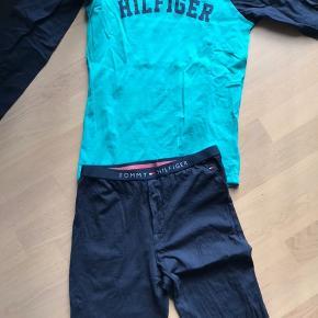 Flotteste nattøj fra Tommy Hilfiger i str 12 år  Mørk blå og turkis  Kun vasket 1 gang - helt som nyt😀