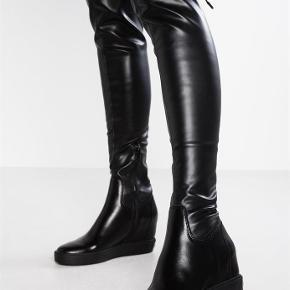 Varetype: Guess Felicia OverKnee coated-look boot støvlerFarve: Sort Oprindelig købspris: 1390 kr.  JEG ER VIP VALIDERET BRUGER, SÆLGER KUN ÆGTE VARER.  BYTER IKKE! BETALING VIA MOBILEPAY!  FELICIA HIGH COATED-LOOK BOOT  De er så godt som nye. Jeg har brugt dem en gang.  DESCRIPTION  Coated-look boot.  Round toe.  Wedge height 8 cm. / 3.15 in.  Zip fastening, flap and drawstring.  Metal logo detail on the back.  Fabric insole and lining.  Rubber sole.