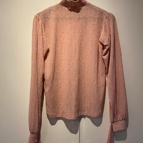 Fin bluse fejler ikke noget Meget tynd i stoffet Og har fine ærmer og krave