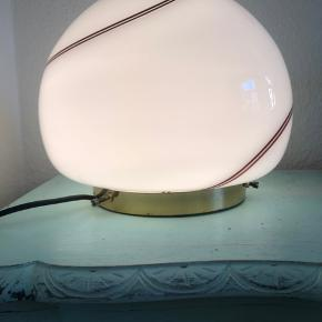 Smuk Stor og sjælden murano glaslampe med swirl på guldfod. I flot stand og fejler ingenting. Måler ca t30cm i diameter og 28 cm i højden. Skal hentes i indre København eller jeg kn mødes i Kbh eller på Frederiksberg. Murano lampe, art deco, glaslampe, swirl lampe