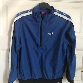 Varetype: lækker sports-trøje Størrelse: 12år Farve: blå Oprindelig købspris: 249 kr.  Rigtig skøn drenge trøje.  Handler også mobilepay