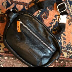 Så fed bælte taske fra Heron Preston i god størrelse 22 x 12 x 34 cm. Gode rum og lommer. Nypris 4400 kr og nu står samme model til 7600 kr hos Farfetch.