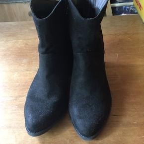 TORRID ANKELSTØVLER STR. 9  Brugt 1 enkelt gang, hvilket også kan ses på sål og hæl. TORRID er et mærke for større kvinder, som føre både tøj og sko.  Sender med DAO på købers regning