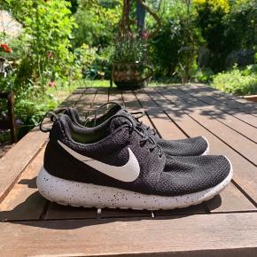 Limited edition Nike rushe run med prikker. Næsten ikke brugt