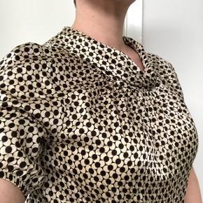 Håndsyet fin lille skjorte i silke med guldsyninger og lynlås bagpå. Kan passes af både S og M. Nypris var 900 kr  Mængderabat gives og sender med dao