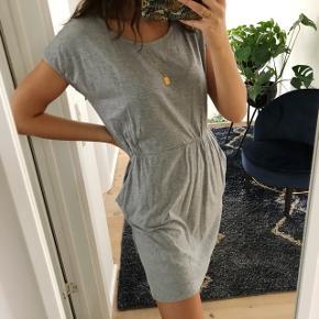 Fin grå kjole Lommer  Str. M