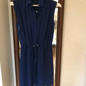 Sød Tommy Hilfiger kjole i en str. S med snørrefunktion i livet. I perfekt stand