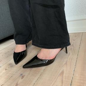 Zara sko  Str. 41, brugt 2 gange, fremstår som nye. Hælhøjde: 6 cm  Nypris: 349  Køber betaler fragt på 49kr, sender med DAO.