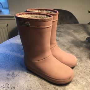 Fine rose gummistøvler med for. Lidt slid hist og pist på selve gummistøvlen, men ingen huller. Dog er foret slidt i hul indvendig ved hælen.