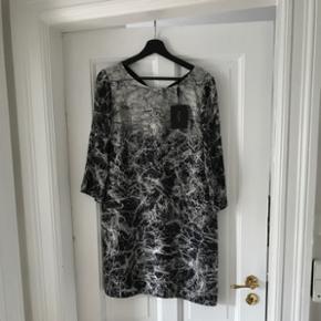 Flot og ubrugt SAND kjole i lækker kvalitet sælges. Stadig med mærke. Np 2400,-.