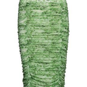 Ganni printet mesh nederdel. Skriv for flere billeder, kan sagtens sende billede af min egen💘   Det sidste billede er sat ind så modellen bedre kan fornemmes. Den er grøn!
