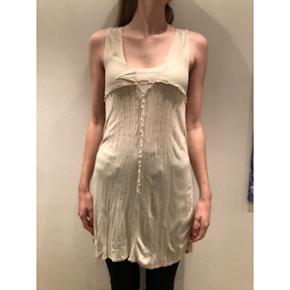 Odd Molly Kjole   Tynd og meget fin kjole med søde detaljer. I beige farve. Str. 3, svarer til L.  Jeg er selv S/M - og det er mig det bærer tøjet på billedet.  Nypris: 1795