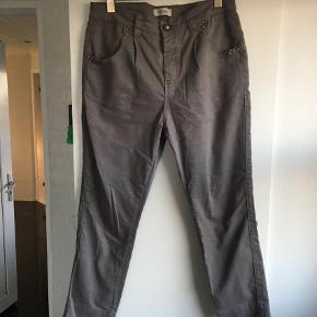 Varetype: Bukser Størrelse: 30 Farve: Ukendt  De flotte bukser/jeans fra mos mosh i str 30 og i farven grå/brune.. Fejler ingenting. Skal bukserne sendes udenfor Dk skal porto aftales med sælger.     Mål er Længden 95 cm Livvidde 2 x 45 cm    *** BYTTER IKKE ***
