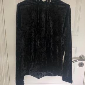 Denne sorte velour hoodie er lille i størrelsen og passer derfor en som bruger M normalt. Skriv gerne for flere billeder eller information❤️