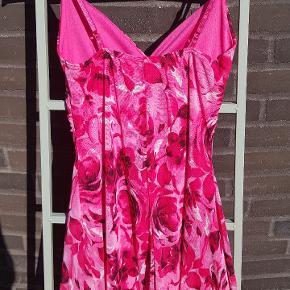 Dette er en kjole som sidder super flot på med sødeste mønster. Kjolen er en str. S/M. Kjolen er i forskellige nuancer af lyserød.