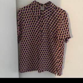 Kortærmet skjorte fra baum und pferdgarten. Kun brugt en enkelt gang.  Køber betaler porto med DAO ellers kan den afhentes i København på Nørrebro :)