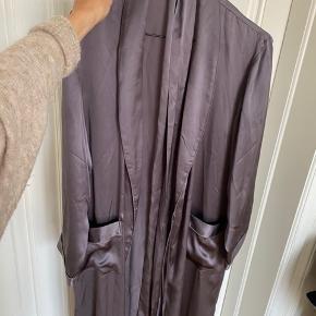Smuk kimono i 100% silke. Brugt enkelte gange og sælges, da jeg (med en baby på armen) ikke får den brugt.
