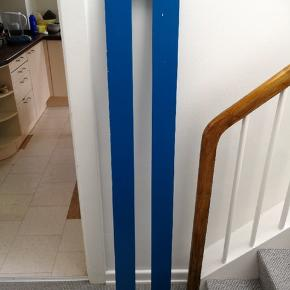 Sæt i blåt fra Manis-H bestående af;  1x Stige med 3 trin 121cm 4x ben 51cm Samt 1x sengehest (3/4 Designer sengehest) åben.  Fra røgfrit og dyrefrit hjem. Med enkelte brugsspor og slitage. Da Manis-H materialet i blåt ikke er farveægte/gennemfarvet er der enkelte steder hvor dette er slidt af (hvid underliggende  farve). Fejler intet. skruer og beslag medfølger  Sælges samlet