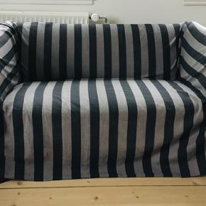 Stort løst betræk til sofa (eet stykke stof). Måler 2,50 x 3,30 m. Stribet i sort og mørkegrå. Kan evt. leveres i Esbjerg.