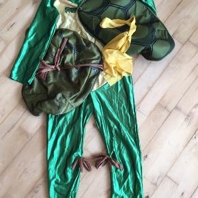 Ninja turtels med 3 skjold 7-9 år Bærer præg af at ha været i kamp med andre ninjaer men der er masser af leg i dragten endnu 😊  Kostume udklædning halloween temafest Sender gerne