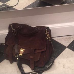 Sælger den fineste procents Schouler taske i brunt ruskind med guldhardware i modellen large🌟  Tasken har kostet 15.500 fra ny, og umiddelbare mp er 5000kr. Der kan sagtens være en Macbook + lidt ting i🥰 Den er i super fin stand, med enkelte tegn på slid (primært indeni).  Skriv gerne for flere billeder!   Foretrækker at mødes i København og handle