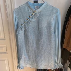 - Silkeskjorte med fine detaljer, metallisk glitter og guldknapper på  - 60% silke - Brugt to gange