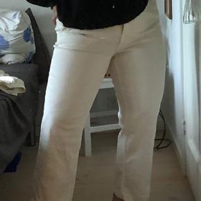 H&M jeans med vidde i bunden. Aldrig brugt. Str 40   Min mp er prisen som er skrevet, men tager gerne imod bud under.  Jeg er 165 høj.   Giver mængderabat, hvis der findes flere ting.