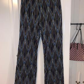 Virkelig flotte og behagelige bukser fra Birgitte Herskind. Kun brugt 1 gang. Du er også velkommen til at komme med et bud.  Køber betaler porto.