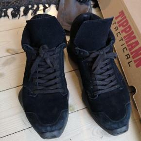 Varetype: Sko Farve: Sort Oprindelig købspris: 4500 kr.  Super fede sko fra Rick Owen x Adidas partnerskabet der desværre er afsluttet. Skoen er i ruskind og de er meget komfortable. Der er slidtage indikatorer på hælen mens ruskindet er i relativ pæn stand, og det vil helt sikkert kunne friskes op. De er store i størrelsen, jeg er selv en ca. 41 og de passer fint.