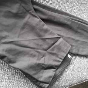 Bukser med stræk og stor bred elastik i taljen. Høj talje. De ser falmede ud på billedet men de er sorte.
