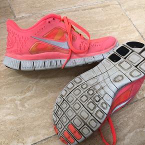 Velholdte Nike sko. Str 37. Mp 75kr.