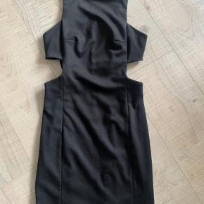Fin sort kjole, som er åben i siderne. Brugt få gange