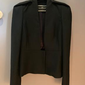 Elegant blazer med mange fine detaljer- 100% uld