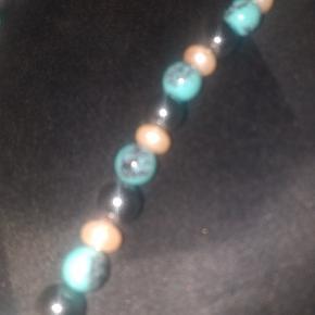 Fin halskæde med Tyrkiet, perler og blodsten