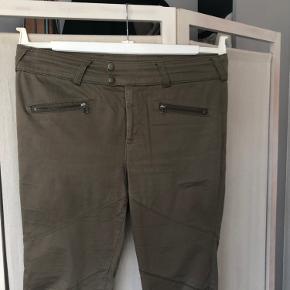 Velsiddende, klassiske bukser. Ikke meget brugt.