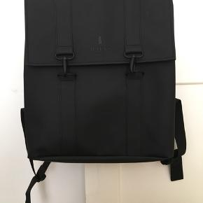 Klassisk sort rygsæk fra RAINS.  Fik den i gave og har aldrig brugt den, så prismærket er stadig på. Nypris 500 kr.