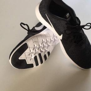 Et par rigtig fede nike sportssko som kun er brugt 2 gange og dermed fremstår som nye.  Skoene kan hentes i Esbjerg/Sønderris.