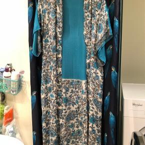 Kimono fra lækre boiistudios. Er onesize. Utrolig smuk men farverne er bare ikke mig alligevel😊 købt 1/10-18 for 400kr