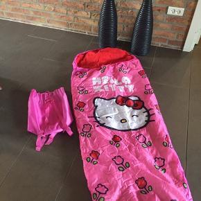 Super fin Hello Kitty sovepose med skulderremme på opbevaringsposen, så den kan tages på ryggen.