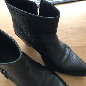 Støvler, Slidt. Sorø - Super fed cowboy støvle, er brugt godt , men stadig fin.. har skrevet 41, der står 40 i støvlen, men det er mere str svarende til 41?. Støvler, Sorø. Slidt, Tydelige tegn på brug og slid. Har mindre skader, men er stadig brugbar